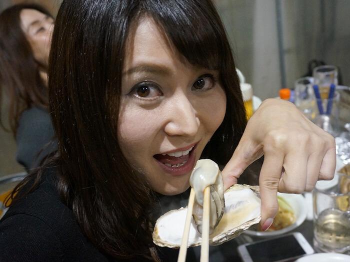 女性が牡蠣を食べている