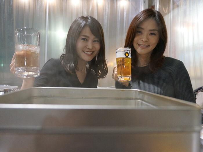 女性2人がお酒を飲んでいる