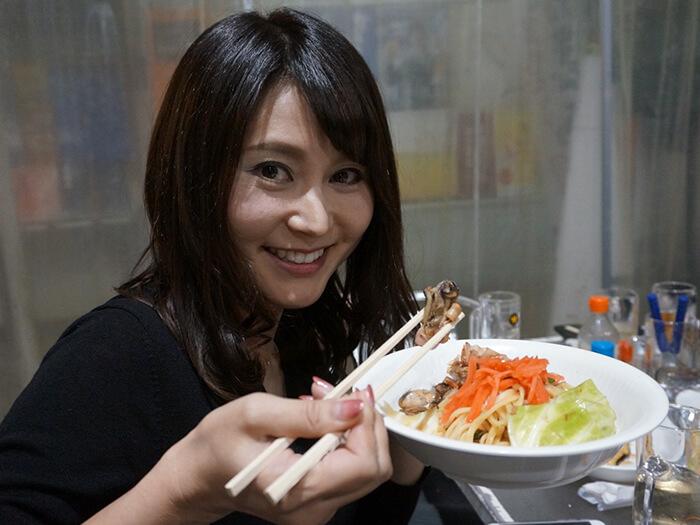 女性がホイル焼きかきそばを食べている