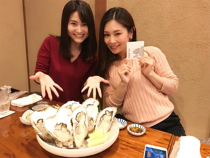 女性2人と牡蠣