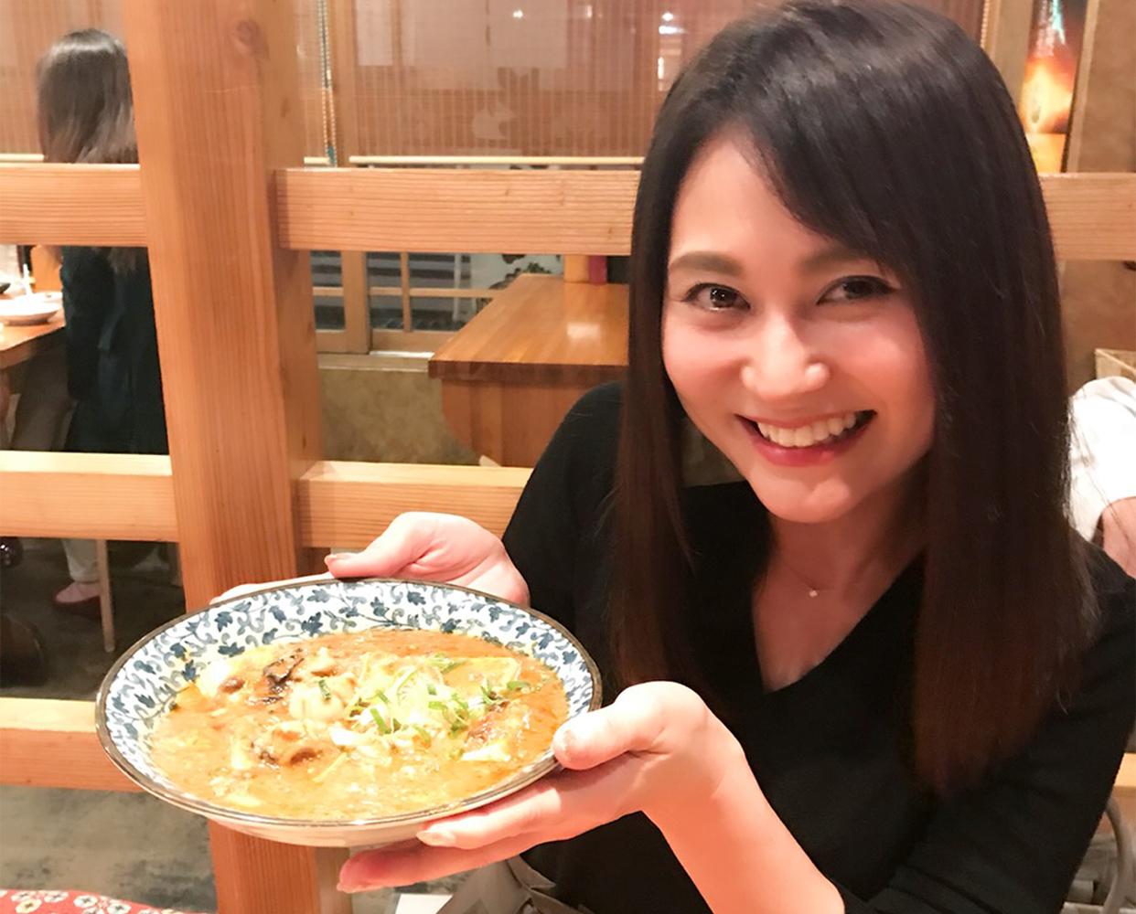 女性と牡蠣麻婆豆腐