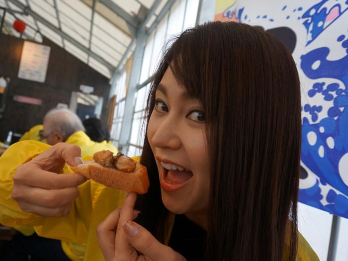 女性と牡蠣のアヒュージョ